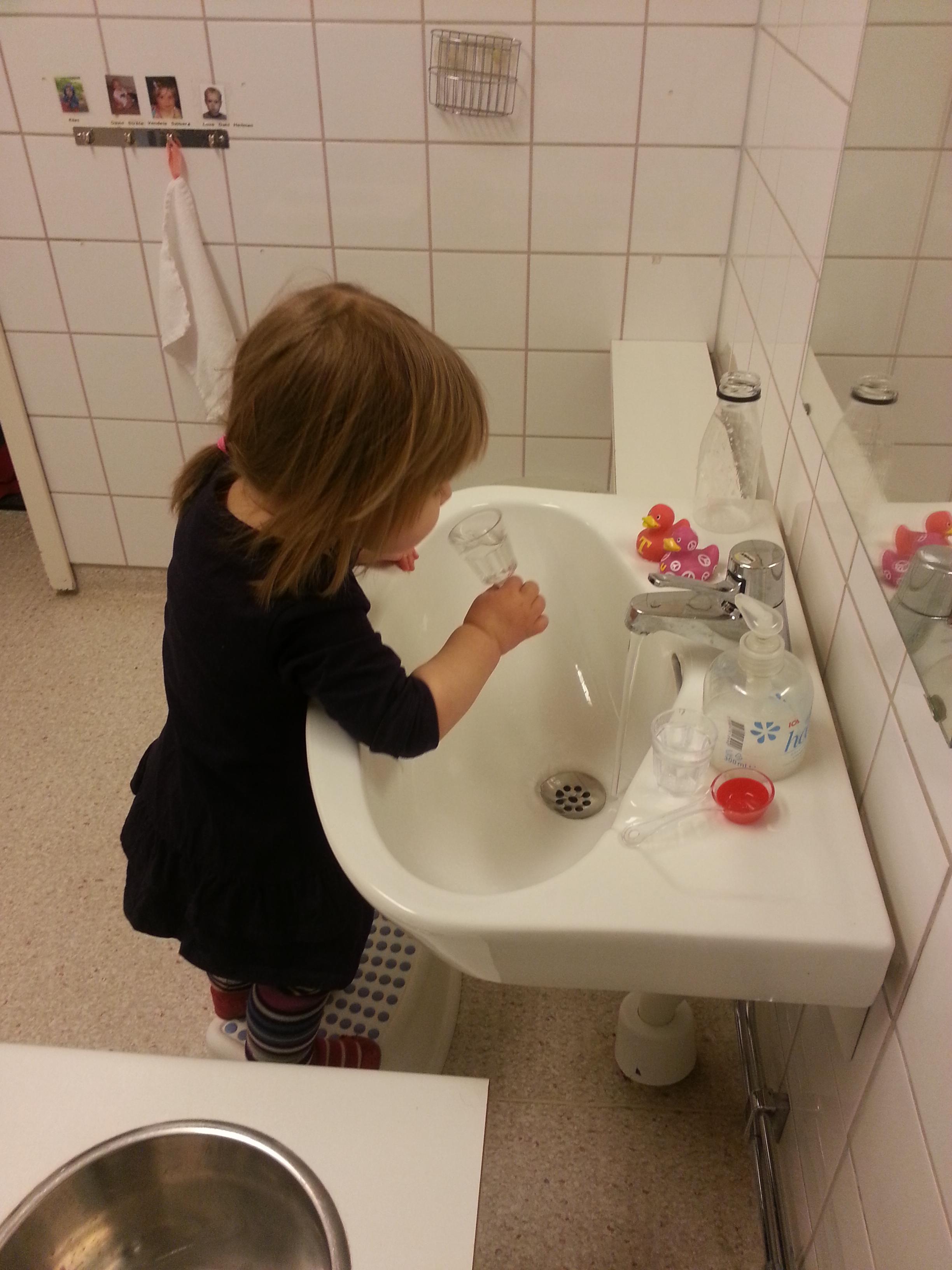 Tvättar händer